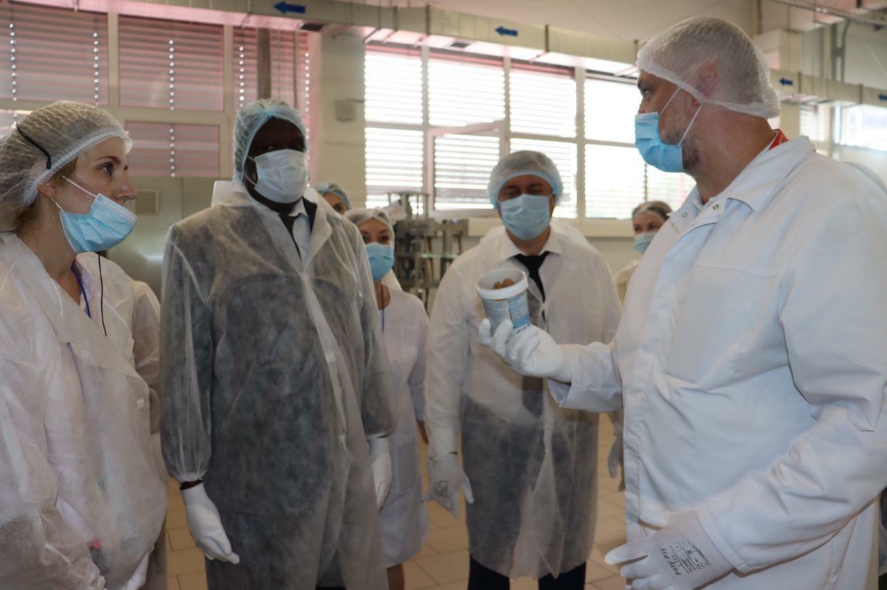Кондитерскую фабрику в Батайске посетила делегация из Республики Уганда